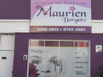 Tratamento de borbulha de acne em uma cara em mulheres grávidas