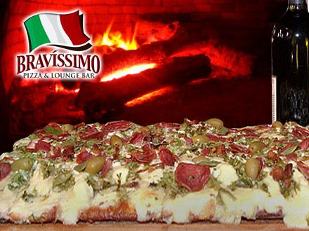 Direto do forno para a sua mesa! Pizza 1/4 de Metro na Pizzaria Bravíssimo! Mais de 30 Sabores Tradicionais,  por apenas 20,90.