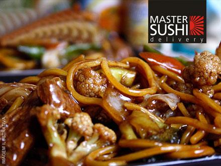 Aprecie em casa essa delícia de gastronomia oriental! Yakisoba Misto para 2 pessoas no Master Sushi Delivery, por apenas 9,99!