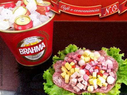 Baldinho com 4 Long Necks (Heineken, Stella Artois, Bohemia, Budweiser, Brahma ou Skol) + Tábua de Frios, por apenas 34,90.