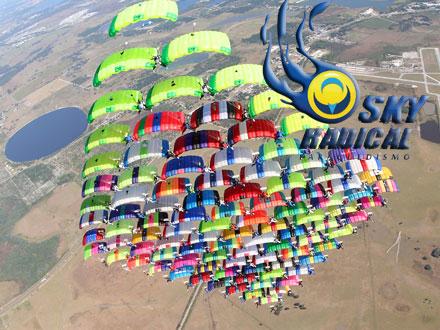 Salto Duplo Challenge na SkyRadical! Salto Duplo Challenge + Certificado + 10 Fotos + 100,00 de Bônus para Curso, por 339,00.