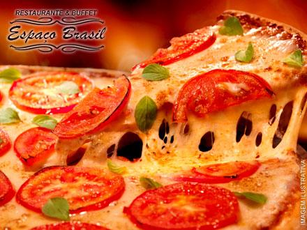 Pizza Grande (Mais de 20 sabores a escolher entre Salgadas e Doces) no Restaurante & Buffet Espaço Brasil, por apenas 19,90.