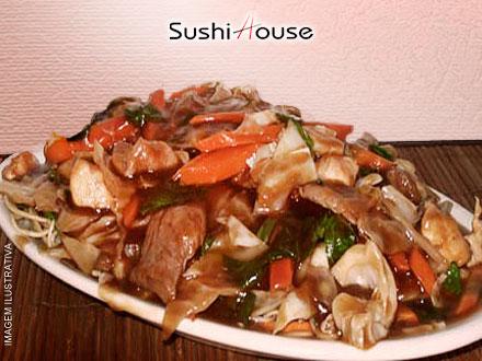 Porção de Yakissoba de Frango no Sushi House, por apenas 13,99. Compre quantos quiser!